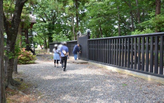 霊屋前の柵