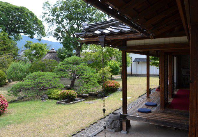 縁側と日本庭園