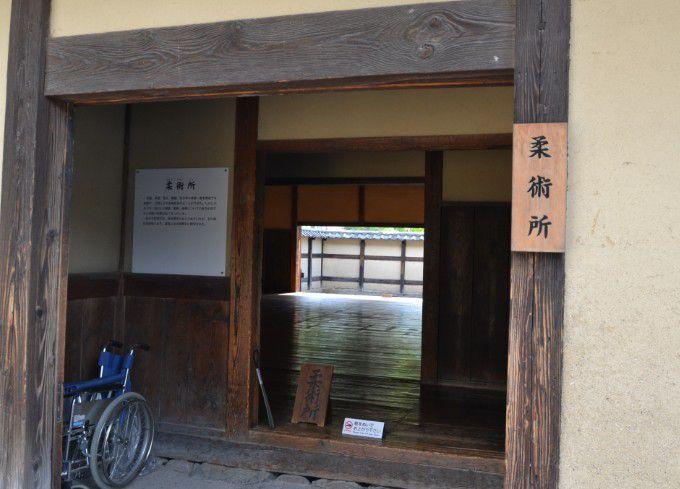 柔術所の玄関から中の様子