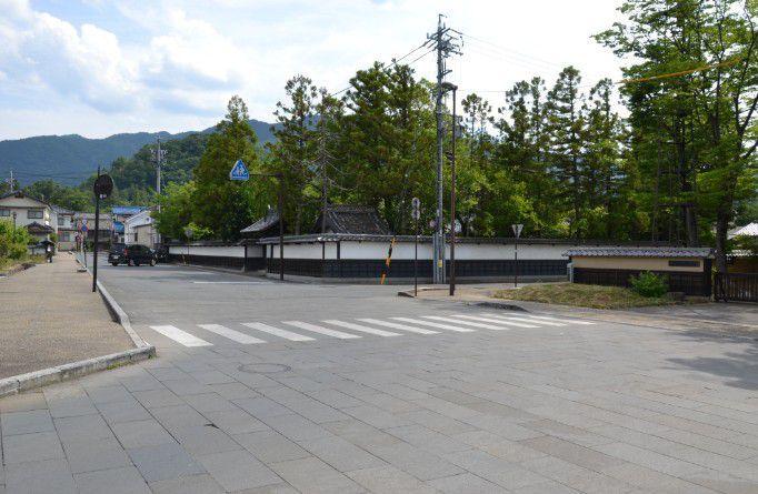 旧白井家表門の前の街並み風景