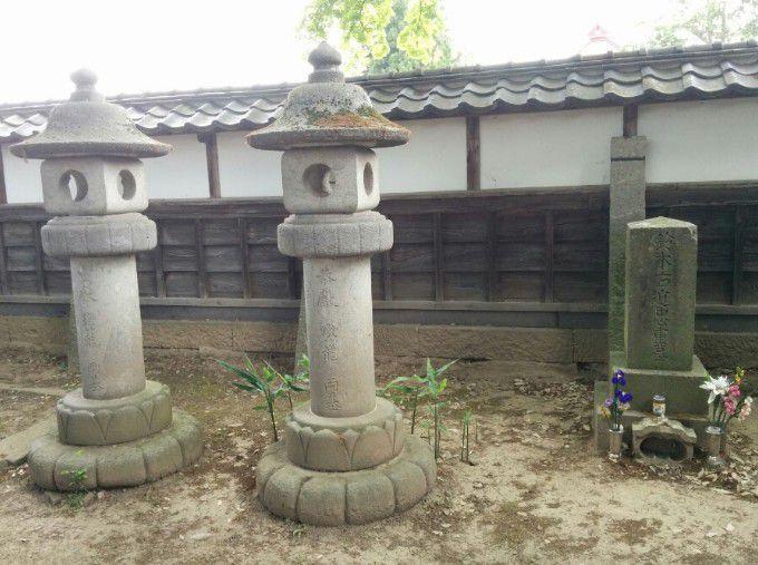 鈴木右道忠重の墓