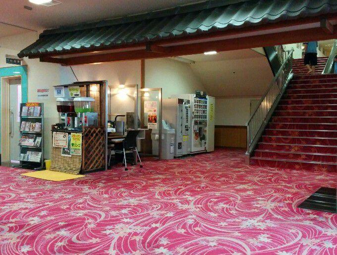 階段下の自販機