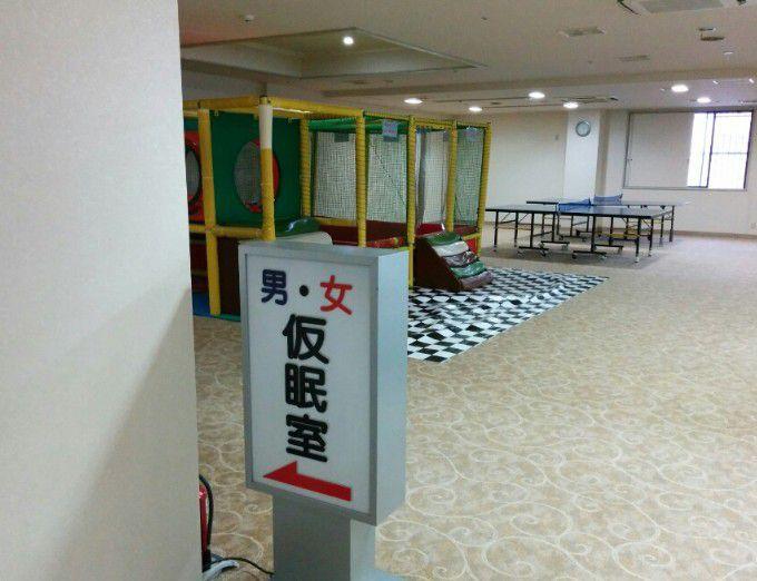 男女仮眠室入口と卓球台