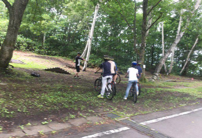 マウンテンバイクに乗る人達