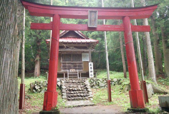 武尊神社の鳥居と拝殿