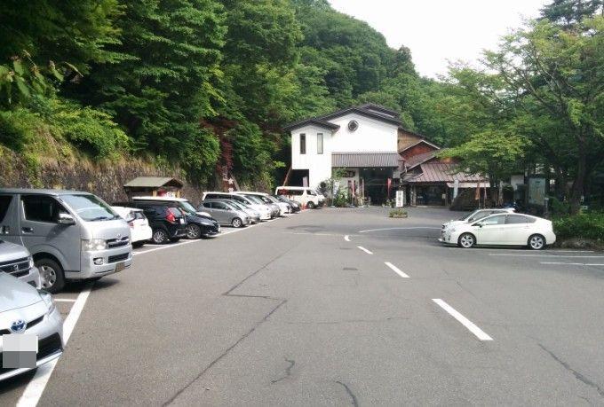 宝川温泉山荘と日帰り入浴駐車場