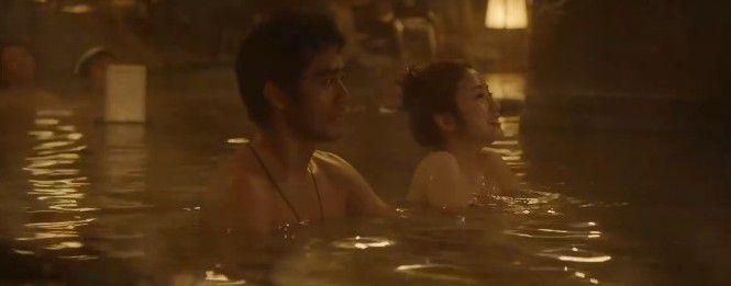 子宝の湯に浸かる阿部寛と上戸彩