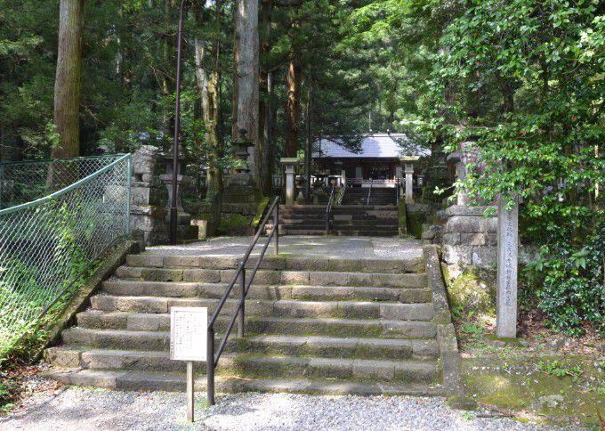 三夜沢赤城神社拝殿までの階段