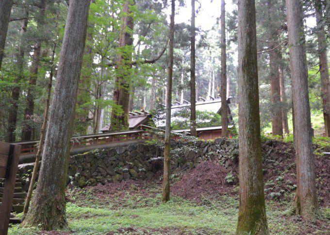 三夜沢赤城神社本殿横にある階段
