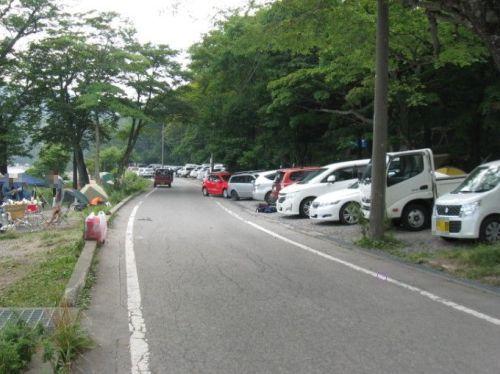 キャンプ場内の道と車