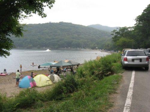 湖畔のテント