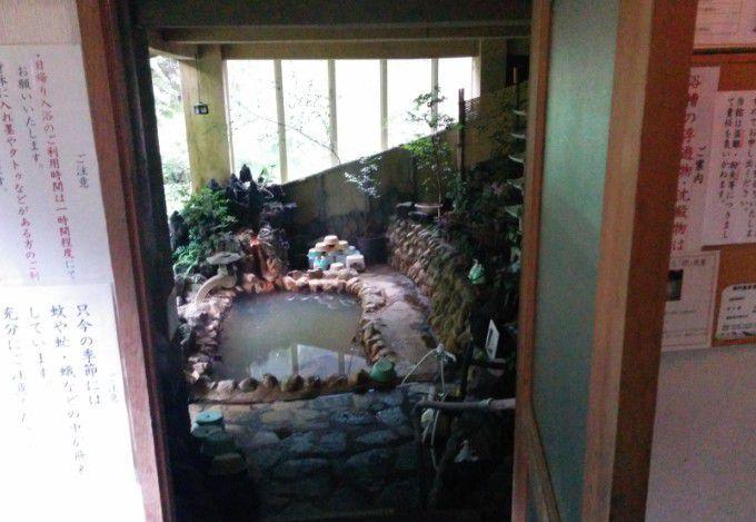 脱衣所から露天風呂を見る