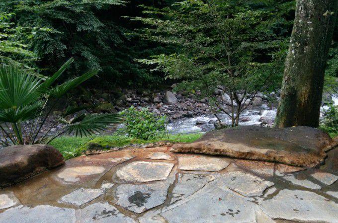 露天風呂の横を流れる川