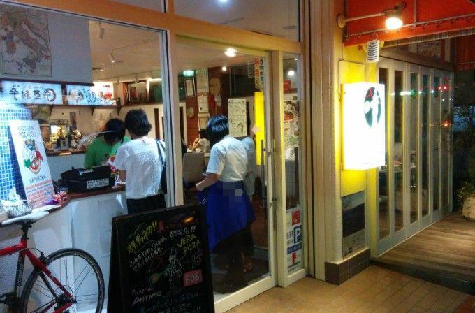 ピッツェリアアンティモ(PIZZERIA Antimo)店舗入口の混雑