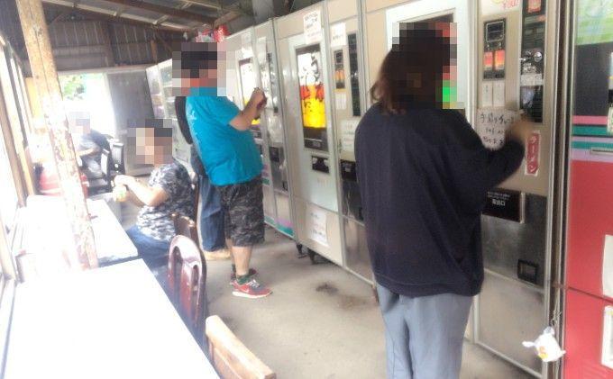 レトロ自販機を求めてくる客たち