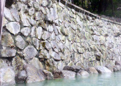 露天風呂淵に流れる滝