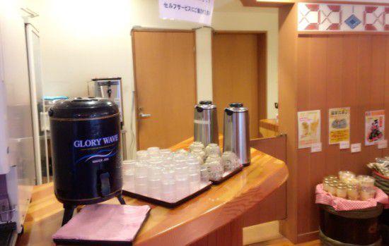 水やお茶のセルフコーナー