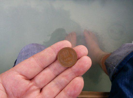 足湯に浸かりながら10円玉を取り出す