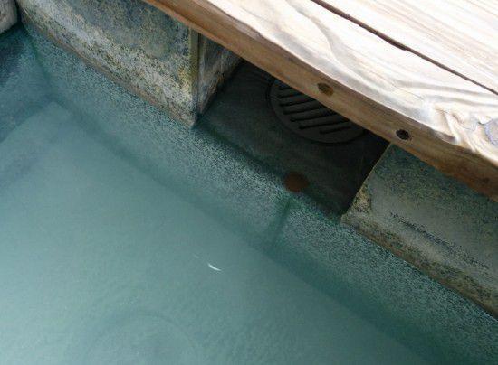 足湯の排水溝
