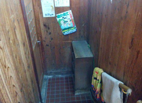煮川の湯の入口をくぐって