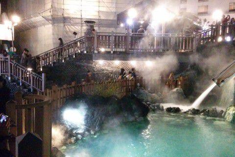 観光客に賑わう夜の湯畑