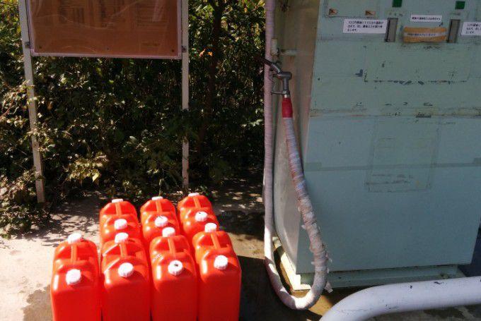 温泉スタンドを利用するポリタンク