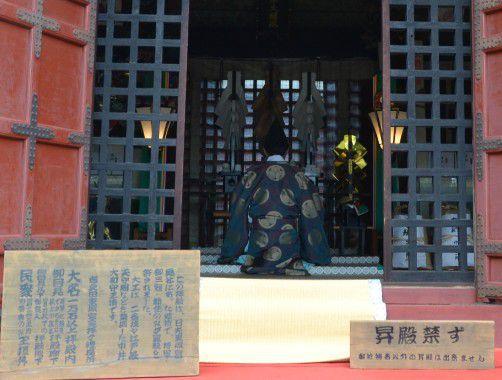 拝殿内の神官