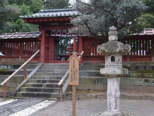唐門と石燈籠