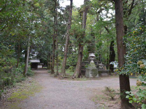 新田家供養塔と開山堂
