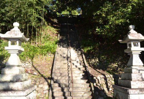 旭ケ丘神社境内への急階段