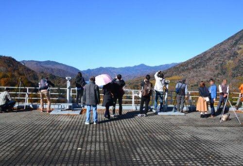 中禅寺湖と華厳の滝方向の景色を楽しむ観光客