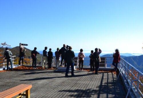 展望台で景色を見てる観光客