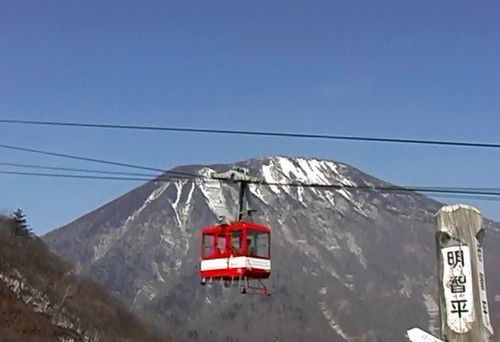 雪化粧した男体山の姿をバックに明智平ロープウェイの姿