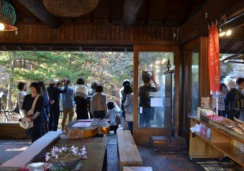龍頭之茶屋から滝を見る観光客たち