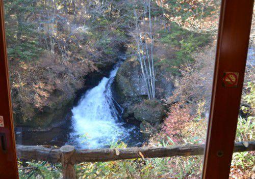 カウンター席から見える竜頭の滝