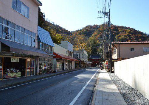 中禅寺立木観音山門前のお土産屋や飲食店など