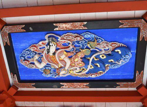 山門の天井に描かれてる天女様