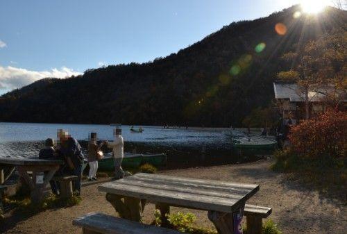 湯ノ湖湖畔にあるテーブルとベンチ