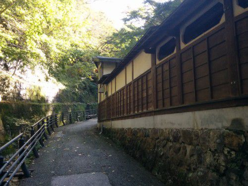 伊香保露天風呂の塀の小道
