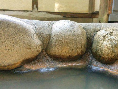 石造りの湯船