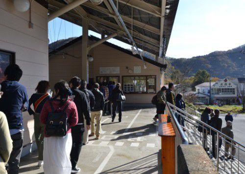 榛名山ロープウェイに乗る人の行列