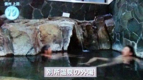 石湯の岩に囲まれた湯船の様子