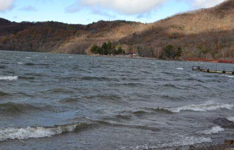 大波をたててる大沼の様子