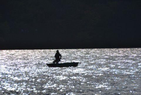 榛名湖で釣りをする人