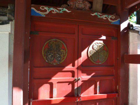 信康廟の前の赤門の扉