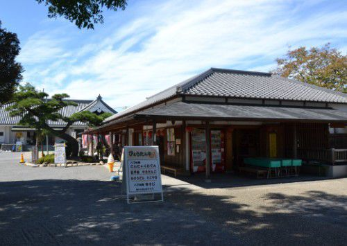 「ひょうたんや」と「観光みやげ店」と「観光ガイド案内所」の建物