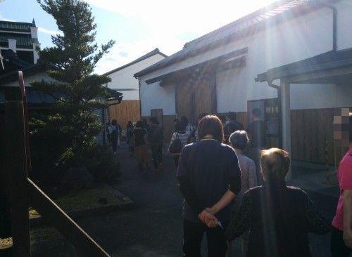 八丁味噌カクキュー見学に行く観光客たち
