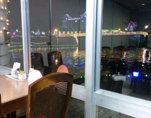 レストランの窓際席ならイルミネーションも見える