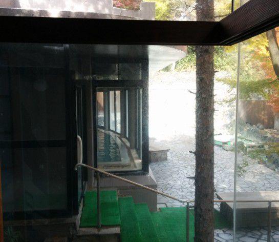 ガラスで仕切られてる内湯と露天風呂