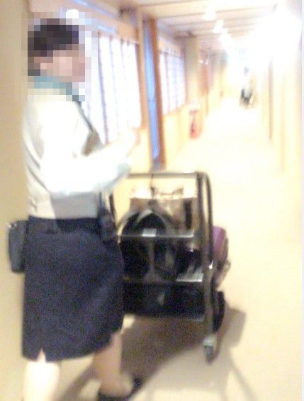 客室まで荷物を運んでくれるスタッフ